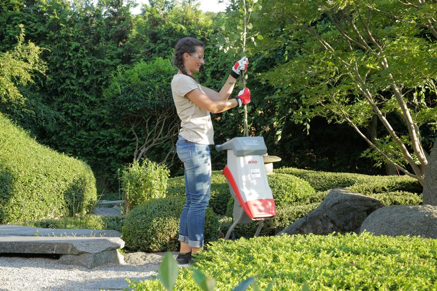 Schnittgut zerkleinern mit IKRA Gartenhäcksler