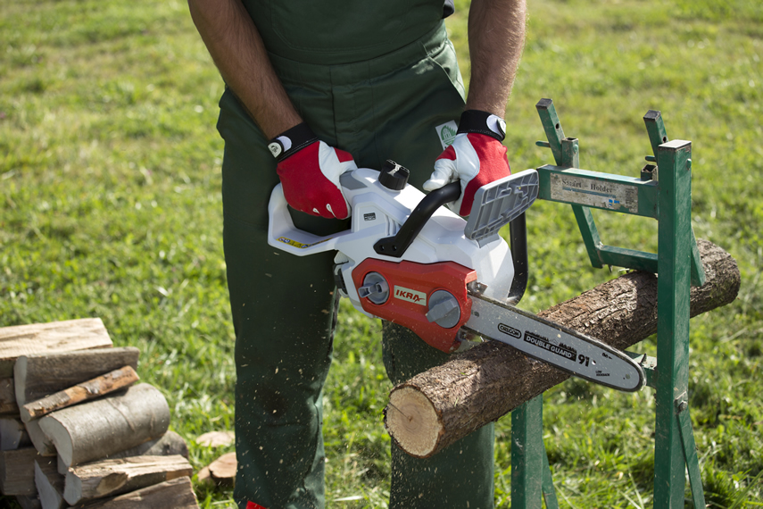 Holz schneiden mit IKRA Kettensäge IAK 40-3025