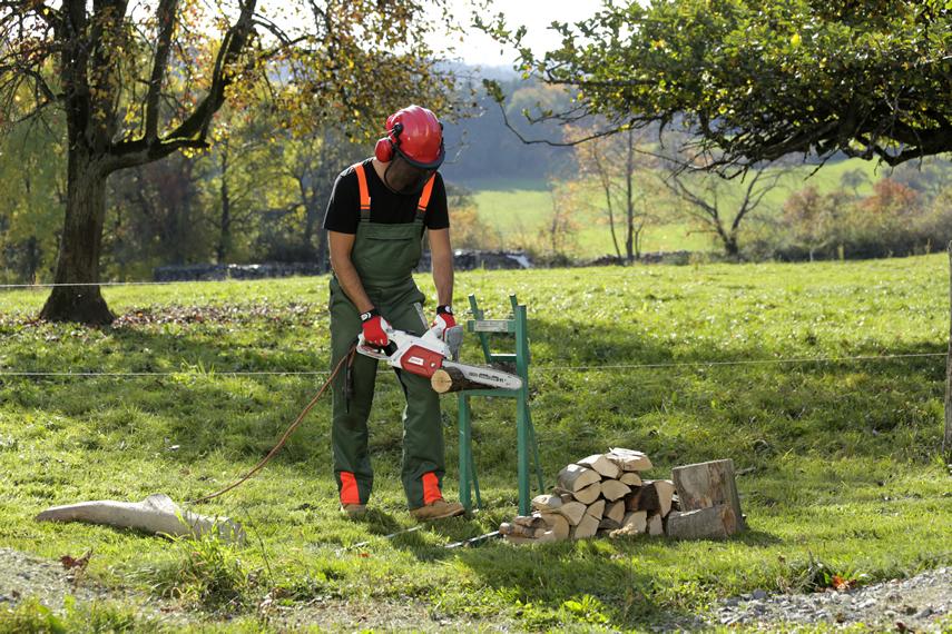 Holz schneiden mit IKRA Kettensäge IECS 1835