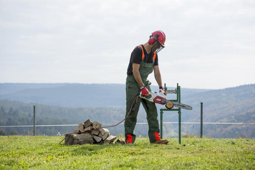 Brennholz schneiden mit IKRA Elektro Kettensäge IECS 2240 TF