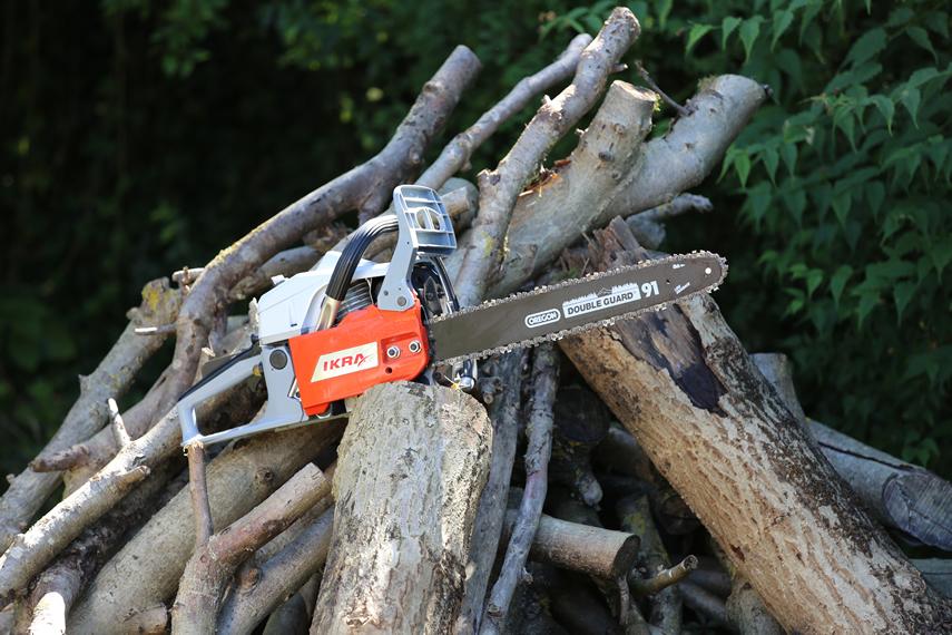 Mit Kettensägen von IKRA Brennholz vorbereiten