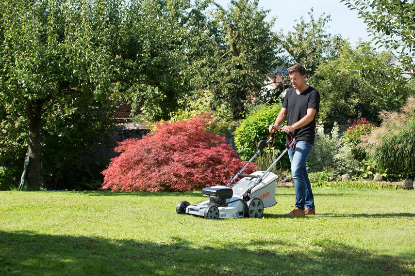 Rasen Herbstputz mit Mulchmäher IAM 40-4625 S