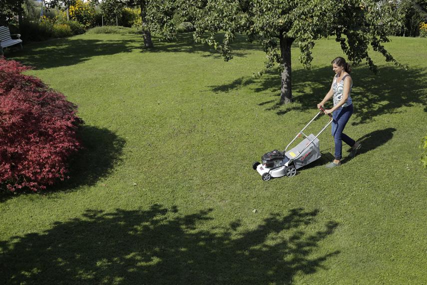 IKRA Benzin Rasenmäher IBRM 1040 im Einsatz beim Rasen mähen