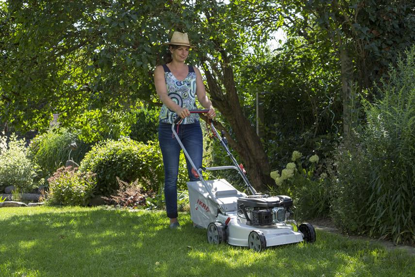 IKRA Benzin Rasenmäher IBRM 1446 beim Rasenmähen