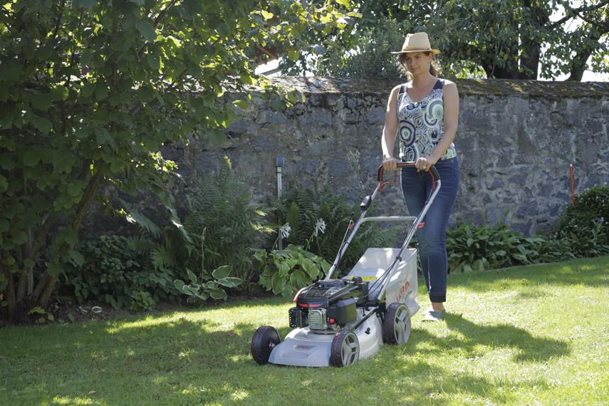 IKRA Benzin Rasenmäher IBRM 1448 E beim Rasenmähen