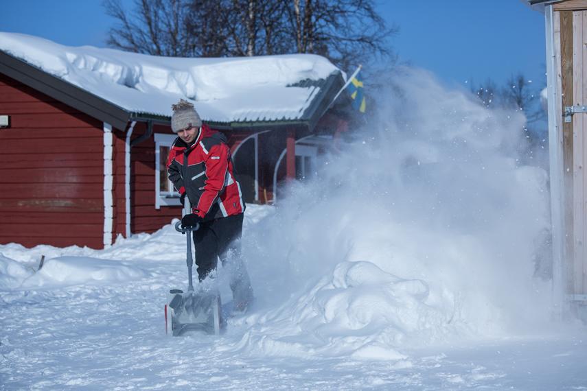 Schneeräumen mit IKRA Akku Schneeschieber IAF 40-3325