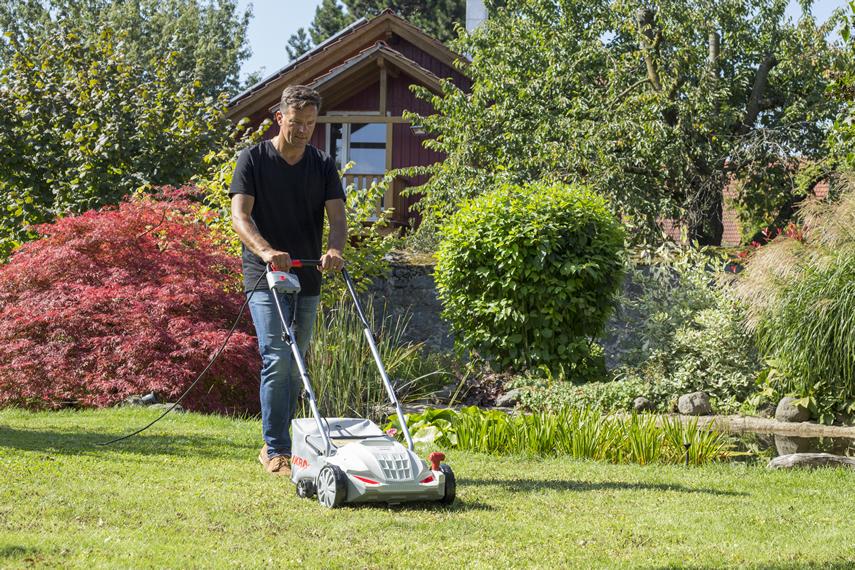 Elektro Vertikutierer und Rasenlüfter IEVL 1532 beim Rasenlüften